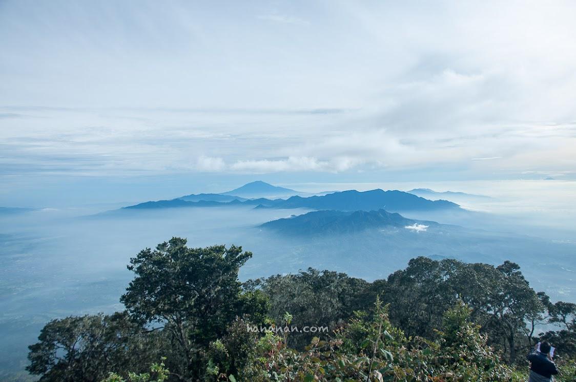 Pemandangan dari puncak Cikuray.