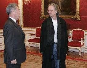 Photo: Austrian President Heinz Fischer (L) welcomes writer Peter Handke on occasion of his 65th birthday in the Presidential office in Vienna December 10, 2007.  REUTERS/Leonhard Foeger  (AUSTRIA)