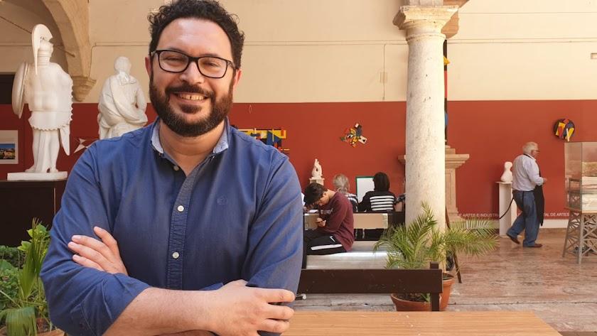 Cristóbal Díaz en el claustro de la Escuela de Arte. Foto: Antonio Jesús García