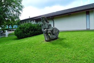 Photo: Skulptur vor der Aula