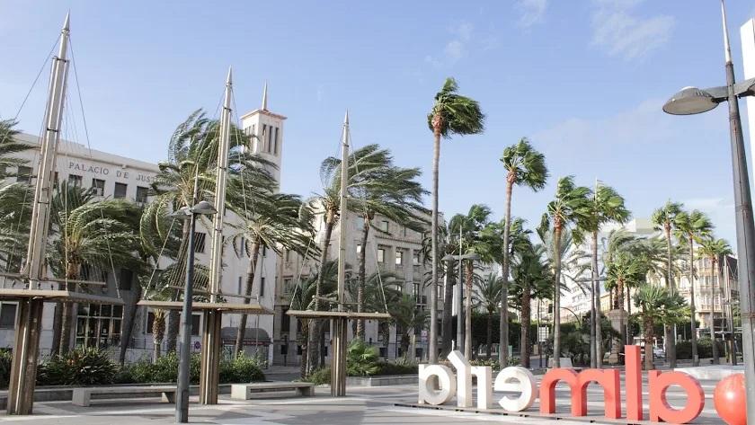 Imagen de archivo de fuertes vientos en la capital, que también se verá afectada este viernes por este fenómeno.