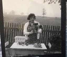 Photo: Oma und ihre Dahlien.