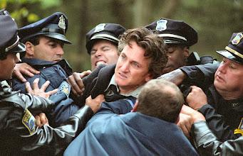 """Photo: A Cena de """"Sobre Meninos e Lobos"""" na qual o personagem de Sean Penn é informado sobre a morte da filha."""