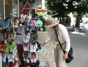Photo: Kevyttä shoppailuyritystä (hatun ostin Ohridin markkinoilta)