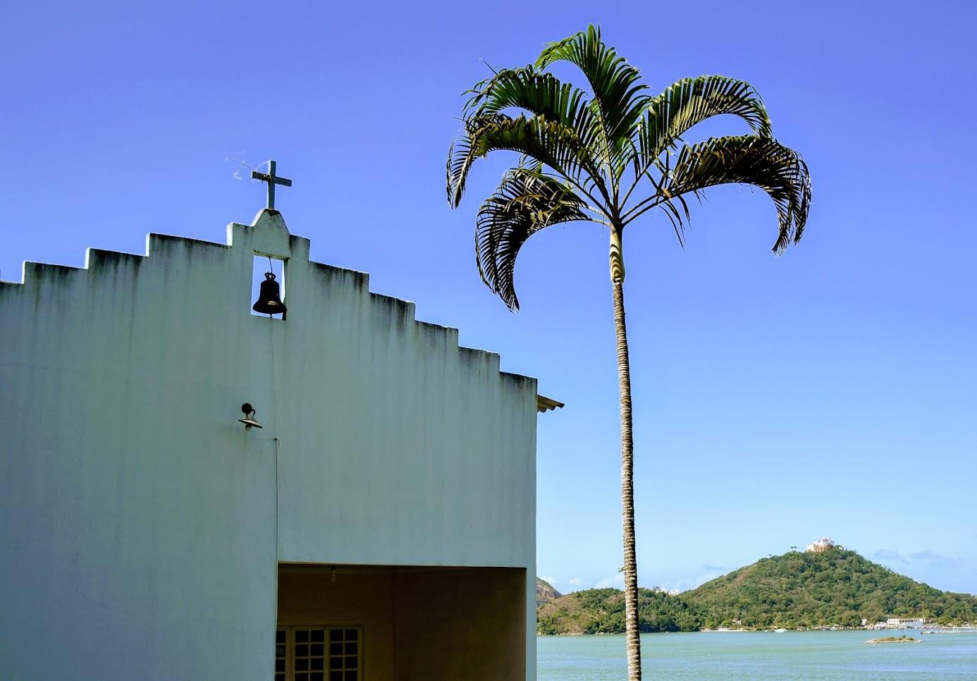 Uma pequena igreja católica no meio de Jesus de Nazareth, com vista para o Convento da Penha