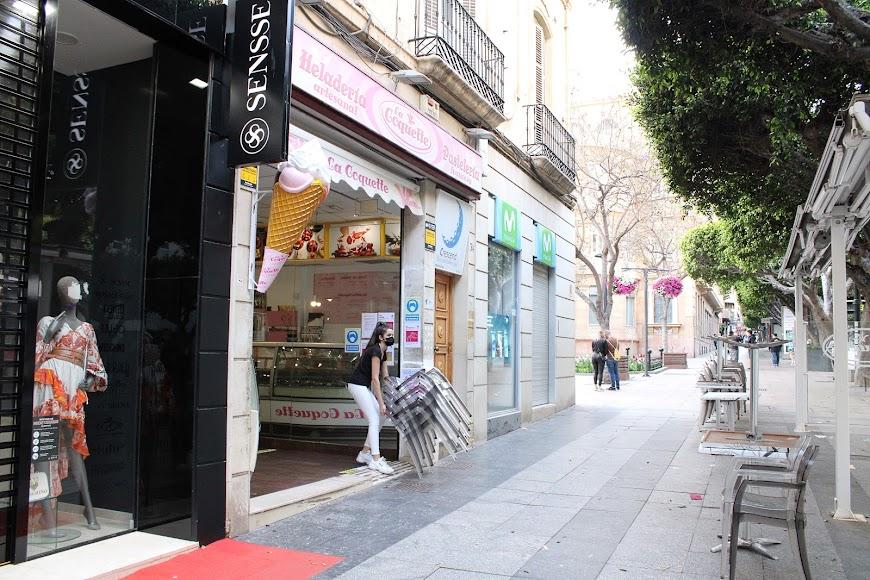 En el Paseo de Almería, la Coquette preparando para el cierre.