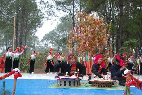 Rừng thông Bản Áng tổ chức lễ hội Hết Chá năm 2016