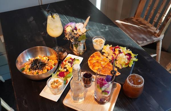 帶點歐式貴族風的台南早午餐 夢幻裝潢裡還有炙燒鮭魚壽司的雙享受 臉紅的相遇 T.F.P 《The Frog Prince》