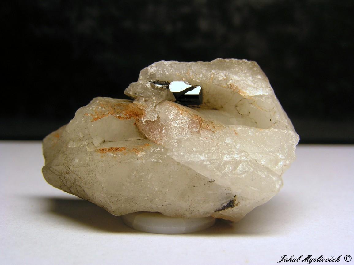 """Photo: Zajímavá ukázka protáhlé krystalové strostlice kasiteritu v křemeni (Krupka - halda """"Bismutka""""). Velikost vzorku 42 mm. Nalezeno dne 10.7. 2016."""