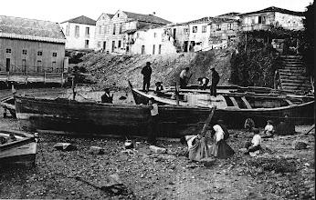 Photo: Estaleiros da Moureira de Abaixo. A Casa dos Baños a esquerda. Esta entrada era un pequeno golfo na liña da ribeira. Separaría o que algúns historiadores chaman a ribeira da Moureira das Corbaceiras da Moureira da Barca.