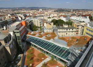 Photo: Das langgezogene Glasdach erhellt den Leseraum, vom Dach gibt es eine wunderbare Aussicht, leider kein Kaffeehaus.