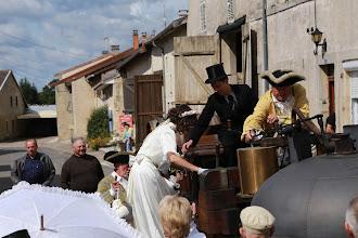 Photo: ... NON !!! On n'aide pas la mariée en la poussant ...