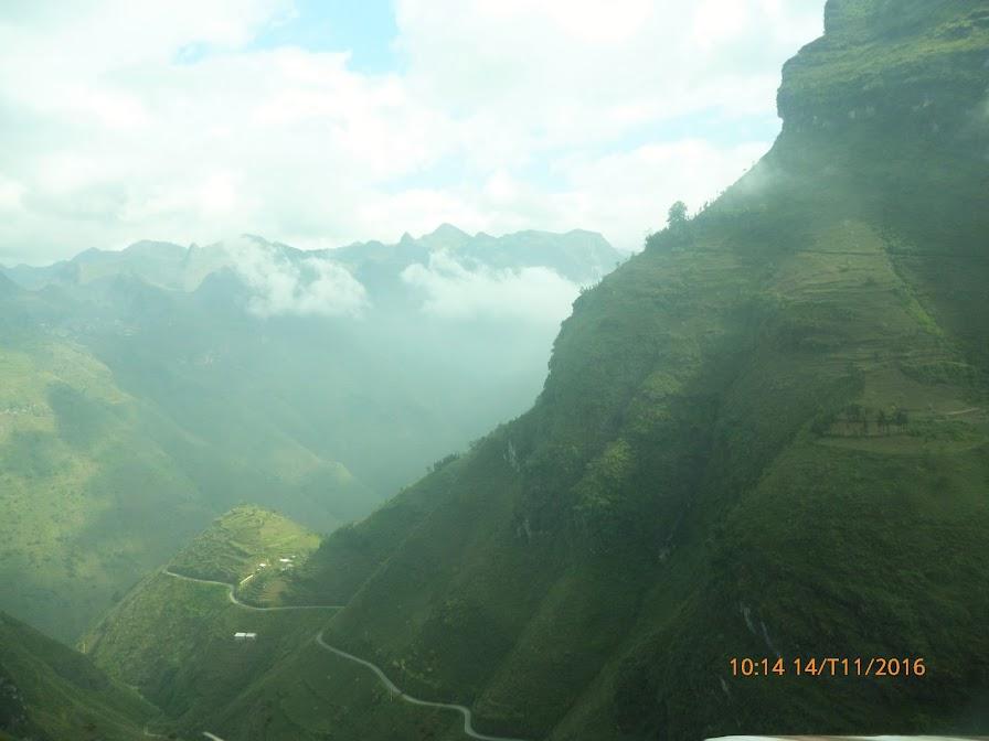 những con đường uốn cong trên sườn núi