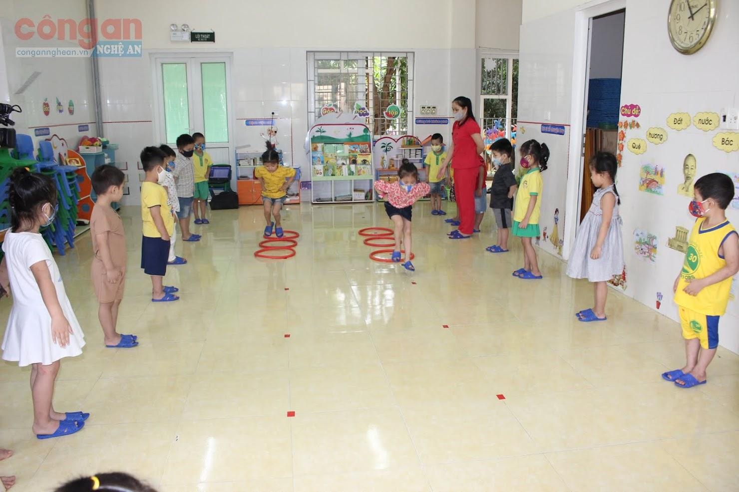 Tuy nhiên, việc giãn cách học sinh trên gặp không ít khó khăn khi không gian vui chơi cho các bé bị thu hẹp lại