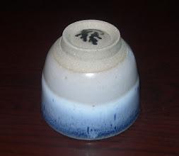 写真: 白海鼠釉ぐい呑み:高台 琉球大田焼窯元:平良幸春作  掲載作品のお問い合わせは ℡/FAX 098-973-6100でお願致します。