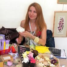 Photo: Анна, редактор сайта Сангина.ру, делает цветочки из разноцветной пластичной замши и глины Deco!