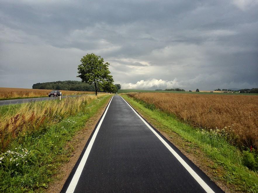 велодоріжка вздовж дороги