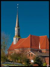 Photo: Die Kirche zu Neuenkirchen im Dithmarschen entstand um das Jahr 1300 als gotischer Backsteinbau und ist dem Apostel Jacobus dem Älteren geweiht. Hier wirkte der Pfarrer Cornelius Schacht, geboren 1758, gestorben daselbst Im Jahre 1832.
