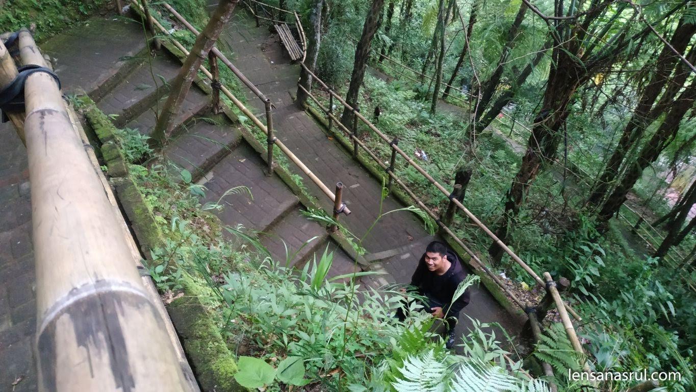 Anak tangga menuju air terjun jumog