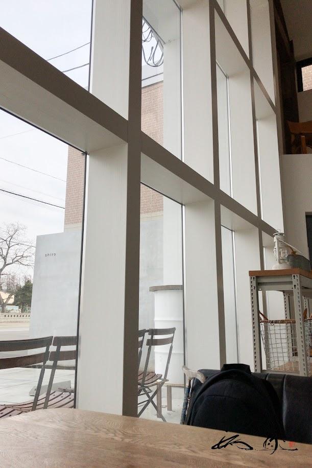 光が振り注ぐガラス張りの窓