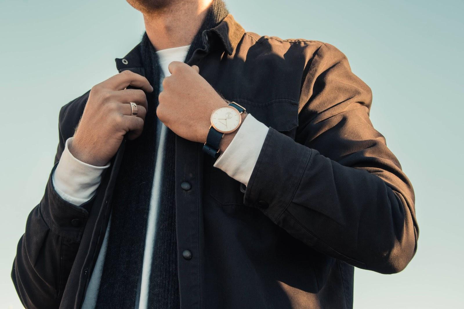 uomo-giubbotto-nero-orologio-polso
