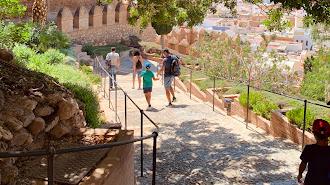 Un grupo de turistas saliendo de la Alcazaba.