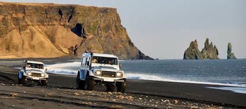 Photo: Due dei nostri Land Rover Defender 110 AT37 a Vik, in Islanda. www.90est.it