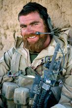 Photo: Eenheden van 42 Bataljon Limburgse jagers, in samenwerking met de Afghan National army, bezoeken in het oord Seyyedan een Quala (leefgemeenschap) om er een 'softknock' uit te voeren. Er bestaat een vermoeden dat hier IED's gehuisvest, danwel gefabriceerd worden.IED (Improvised explosive device)Uiteindelijk werden er 2 AK-47 geweren en 3 handgranaten aangetroffen, en in beslag genomen.Foto: Sergeant Ed (42 BLJ) rust even uit in de quala, nadat alles is doorzocht.