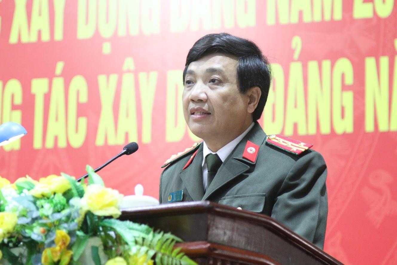 Đồng chí Đại tá Hồ Văn Tứ, Phó Bí thư Đảng ủy, Phó Giám đốc Công an tỉnh báo cáo tóm tắt kết quả công tác xây dựng Đảng năm 2019, triển khai nhiệm vụ công tác năm 2020