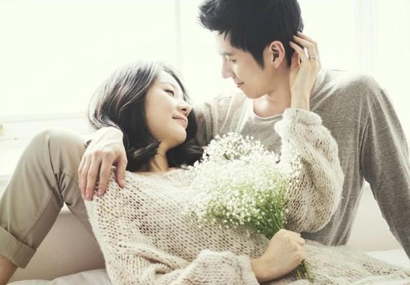 Đừng nên quá cứng nhắc mà hãy dành cho chồng những cử chỉ thân mật, lãng mạn sẽ khiến chồng thêm yêu và chiều bạn nhiều hơn.