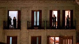 Cada día, miles de españoles salen a los balcones para rendir homenaje a los sanitarios.