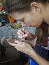 Photo: Doreen Wolff bei der Feinarbeit in Wachs vor dem Abgießen in Bronze