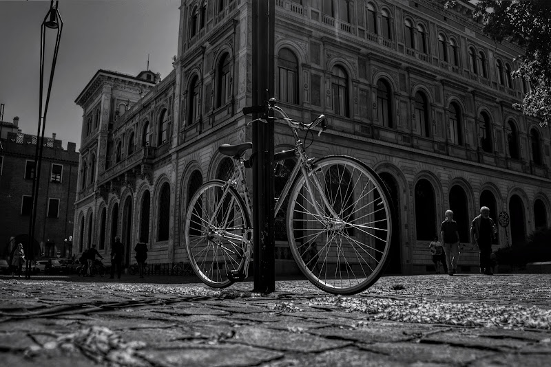 Bici legata al palo. di gianfi51