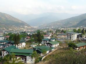 Photo: Ein Blick über Thimpu, die Hauptstadt Bhutans