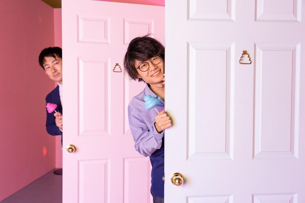 うんこのドアから顔を出す香田と小林