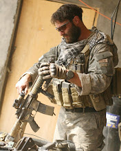"""Photo: SF soldier """"Matt"""" cleans his weapon䀆⒊嵄͆"""