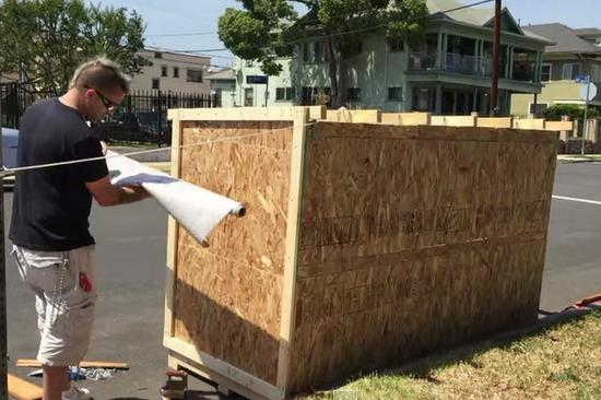 赞!美国男子用废弃材料为流浪者建迷你屋