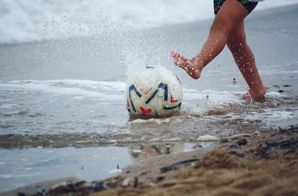 la felicità: acqua, fango e un pallone di madie