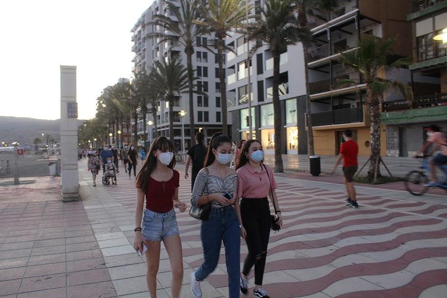 El uso de la mascarilla se impone en el Paseo Marítimo.