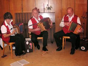 """Photo: Empfangen wurden wir mit Musik der Kapelle """" Trio-Ramschbrg """" Irma Ruch, Arno Ruch und Paul Hofer.  Alle drei Mitglieder der Schwyzerörgeli-Grossformation Tschoppehof."""