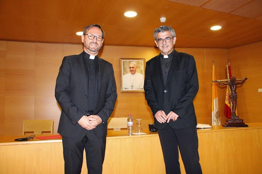 El vicario general y el vicario episcopal de pastoral ante la fotografía del Papa Francisco.