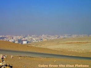 Photo: Cairo gezien van het Gizeh plateau