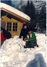 Photo: Speiderlederne for jentene, Berit Viksøy og Laila Taule. Ved hytteveggen Tove Nygård