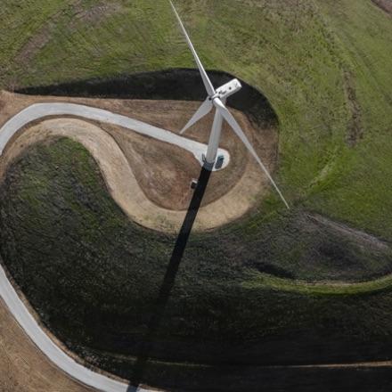 Luftnahaufnahme einer Windkraftanlage