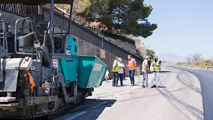 Imagen de archivo de Ángel Escobar visitando obras de asfaltado.