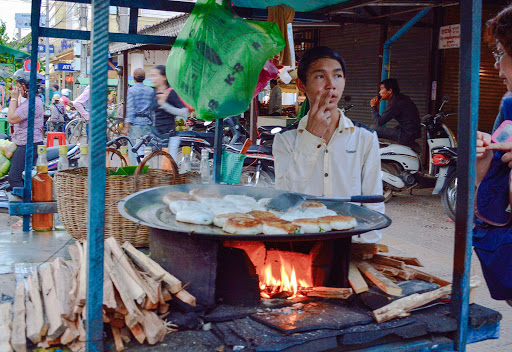cambodia-street-food-vendor.jpg - In the city of Siem Reap.  Plentiful and delicious street food.