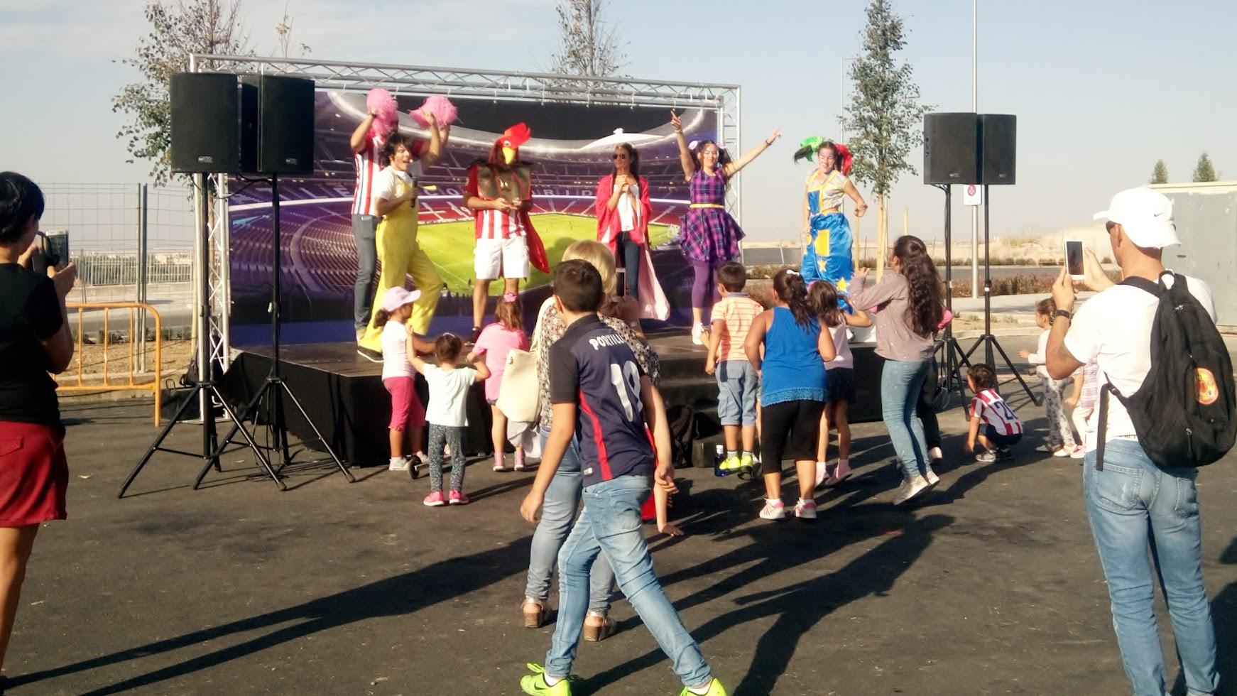 actuación de payasos con canciones y bailes en Metropolitano