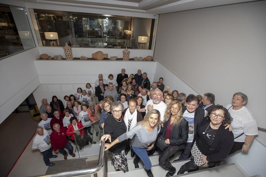 Los asistentes en una foto de familia.