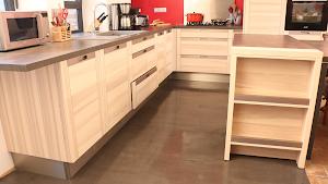 sol béton ciré cuisine rénovation cuisine carrelage par Les Bétons de Clara applicateurs béton ciré