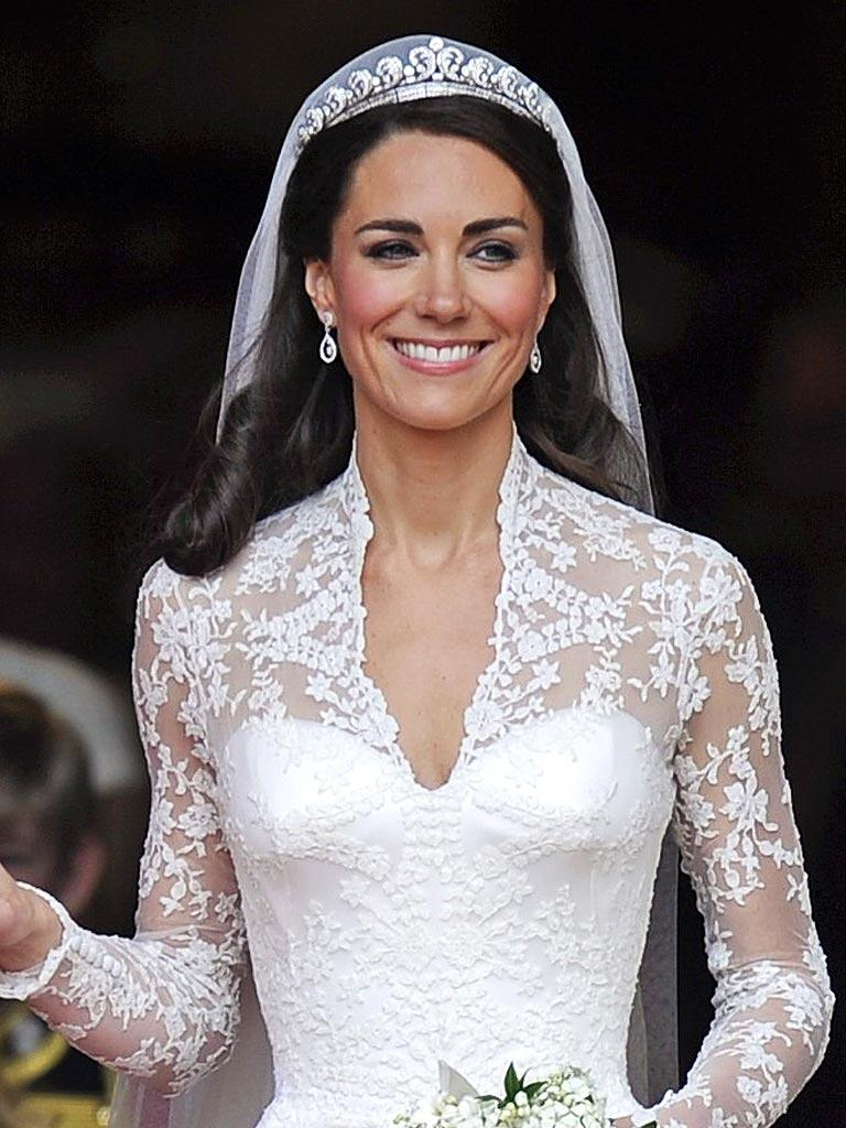 http://img2.timeinc.net/people/i/2011/specials/royal-wedding/dress/kate-middleton-bodice-768.jpg